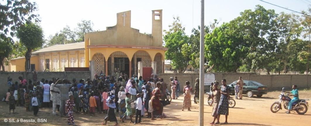 Nach der Messe bei der katholischen Kirche in Bassila