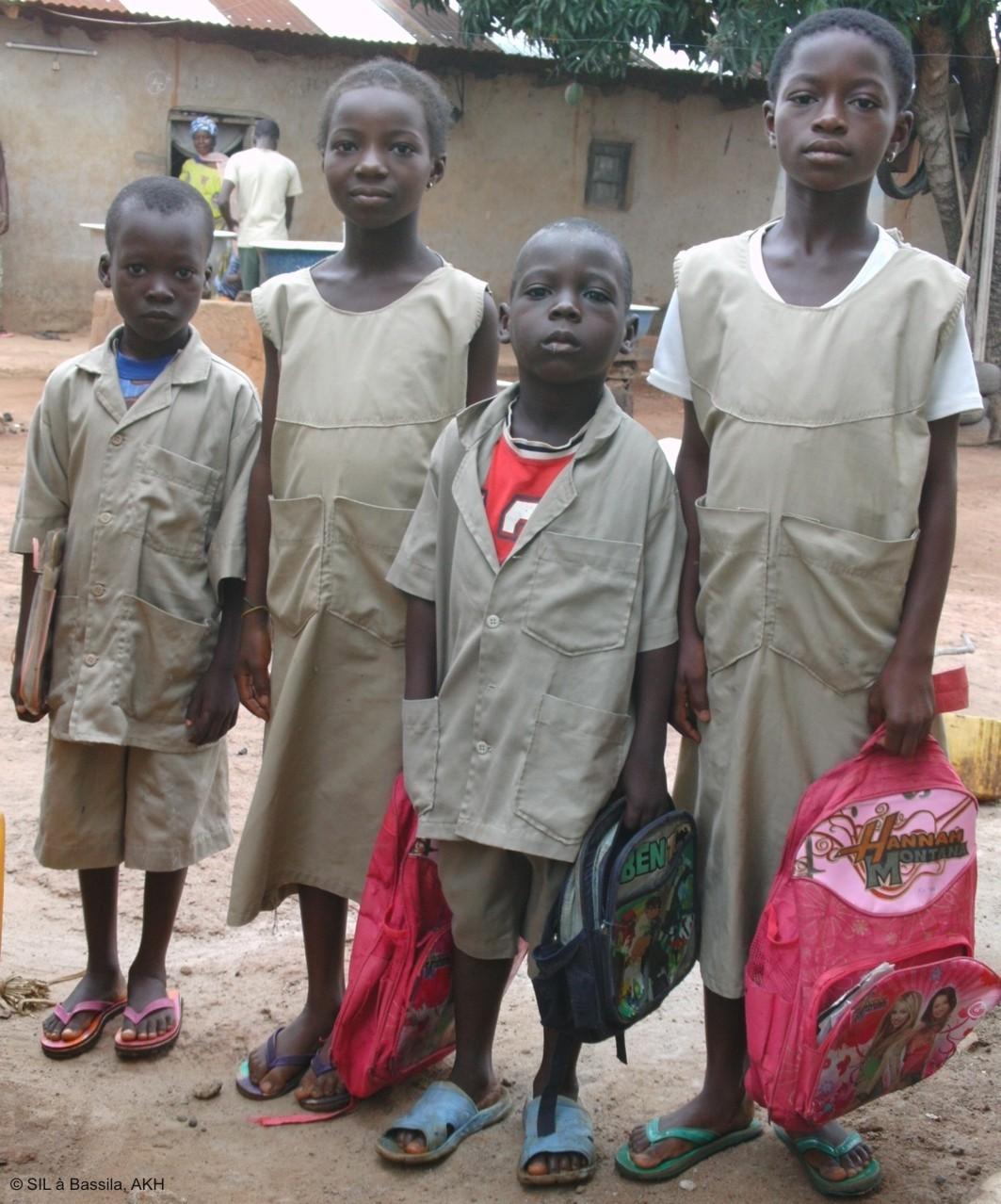 Die Schuluniform an, die Schulsachen in der Hand, zum Abmarsch bereit...