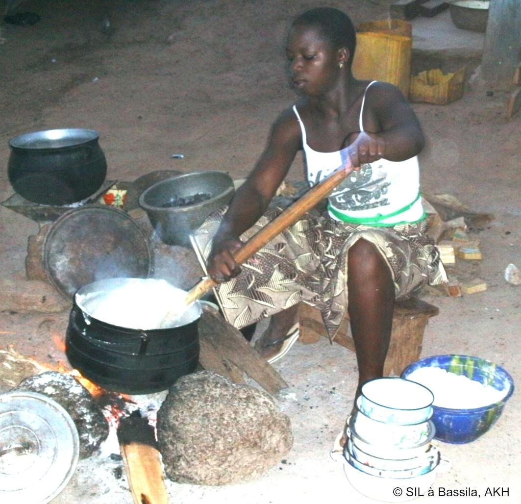 Eine junge Frau rührt die Pâte