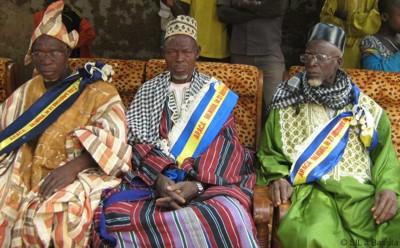 Drei der Anii-Könige auf ihren Ehrenplätzen